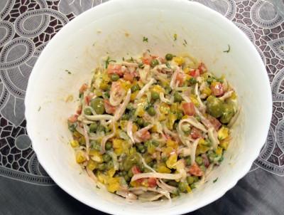 Фото этапа приготовления салата из кальмаров