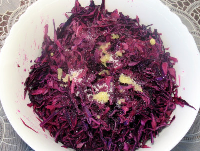 Фото этапа приготовления салата из краснокочанной капусты