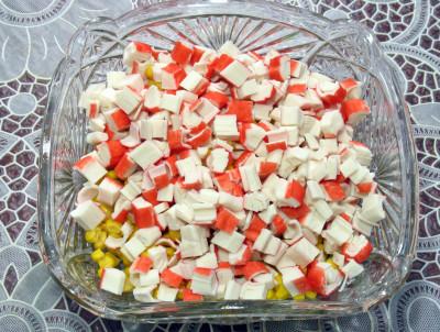 Фото этапа приготовления крабового салата