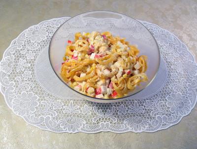 рецепт салата из крабовых чипсов и кукурузы
