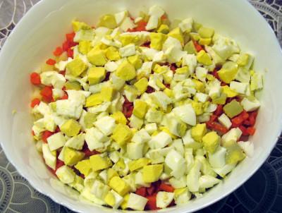 Фото этапа приготовления салата Оливье