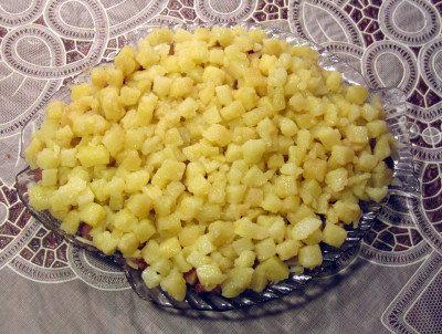 Фото этапа приготовления салата селедка под шубой