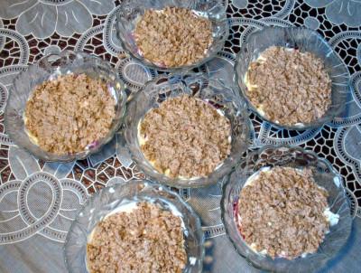 Фото этапа приготовления салата из печени трески слоеного в салатницах