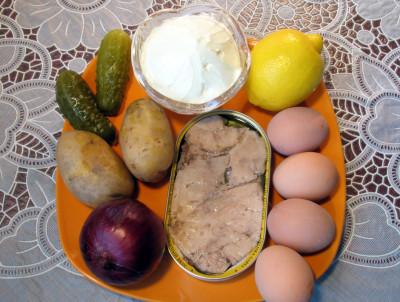 Салат из печени трески слоеный порциями в салатничках — фото продуктов