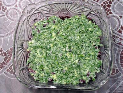 Фото этапа приготовления салата из печени трески