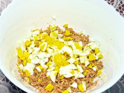 Фото этапа приготовления салата с консервированным тунцом и рисом