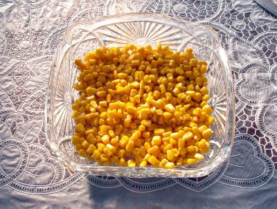 Фото этапа приготовления салата с консервированным тунцом и кукурузой