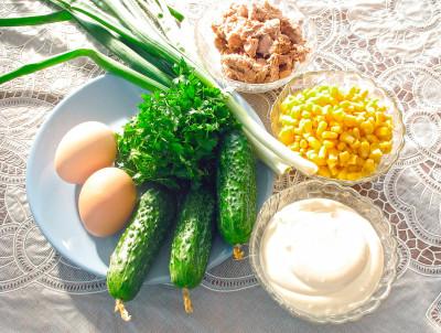 Рецепт салата с консервированным тунцом и кукурузой — фото продуктов
