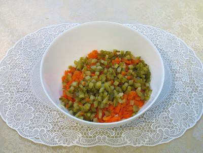 Фото этапа приготовления зимнего салата с шампиньонами