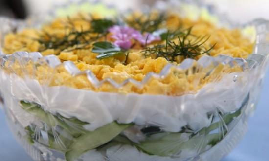 Салат из курицы с огурцом и черносливом