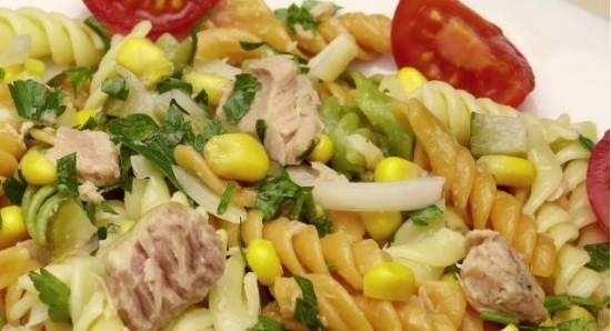салат с макаронами и тунцом