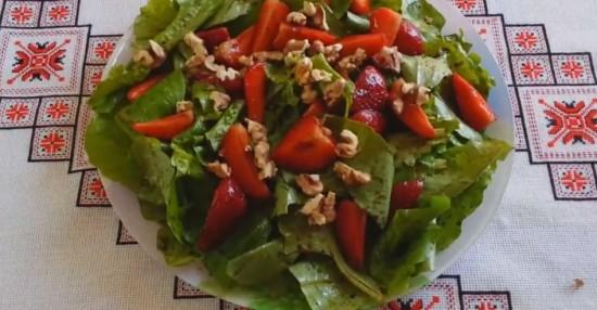 Салат со шпинатом, клубникой и грецкими орехами