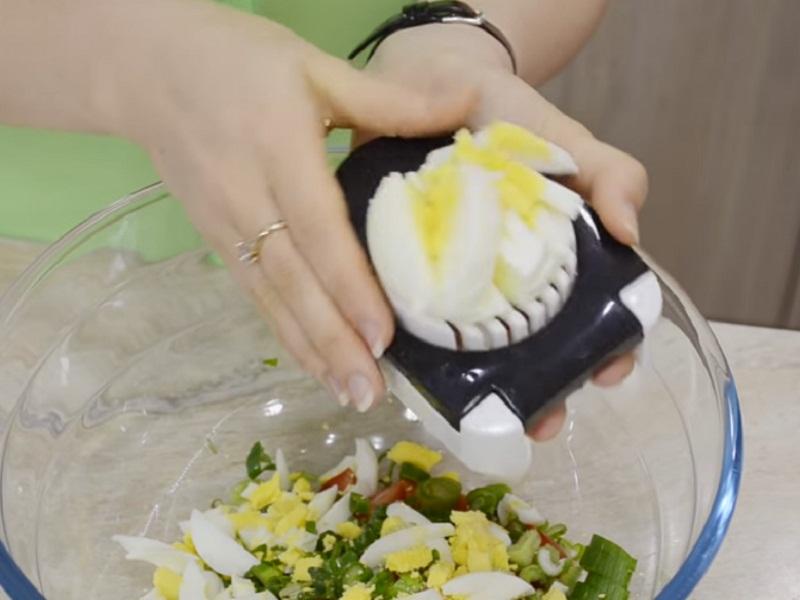 Режем яйца.