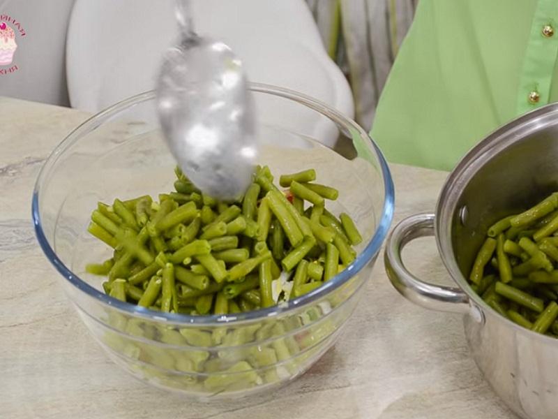 Выкладываем фасоль в салат.