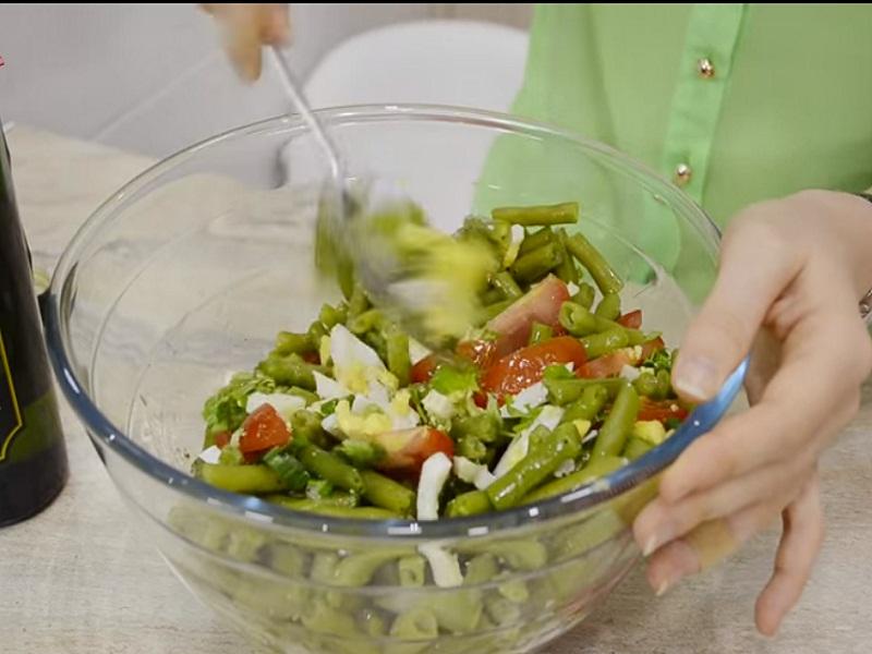 Перемешиваем салат.