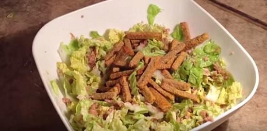 Рецепт салата с сухариками с фотографимиями
