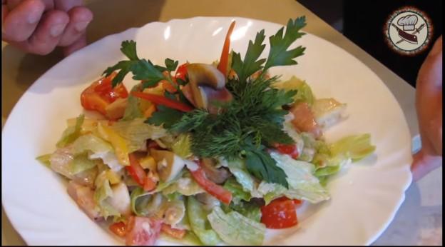 Салат из ветчины.грибов и сыра