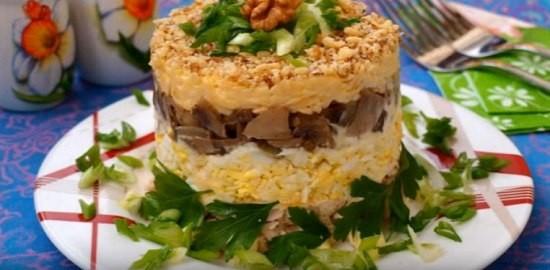 Слоеный салат с курицей орехами, сыром и грибами