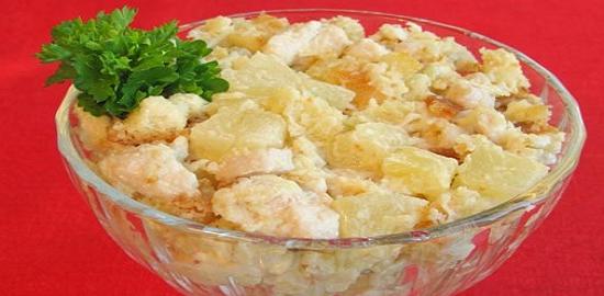 Салат с ананасов сухариками