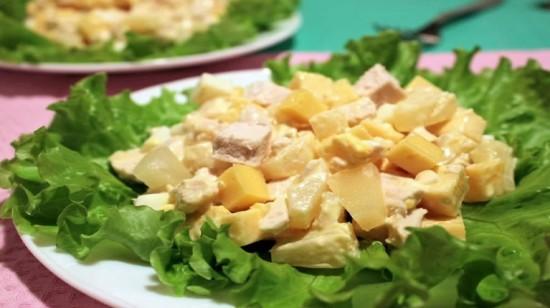 Салат наслаждение с курицей и ананасом