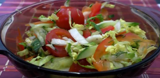 Постный салат с овощами и пекинской капустой