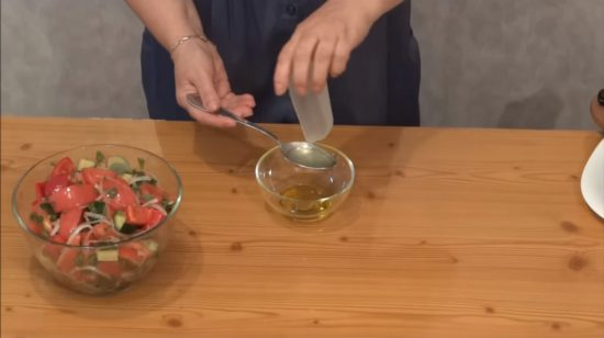 Смешиваем оливковое масло и лимонный сок