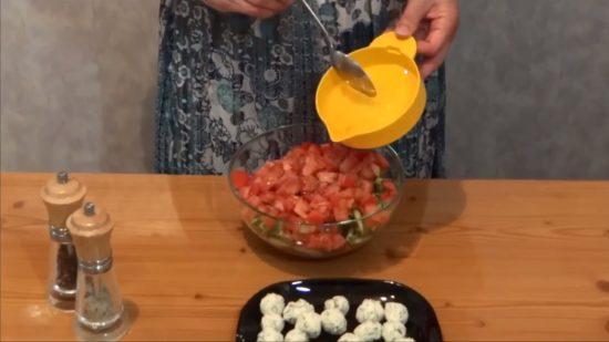 Салат заправляем и перемешиваем