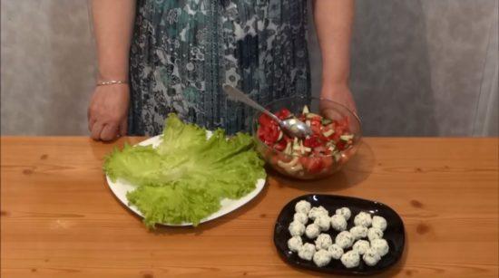 Выкладываем салатные листья